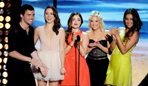 teen-choice-awards-pretty-little-liars-cast-presenting